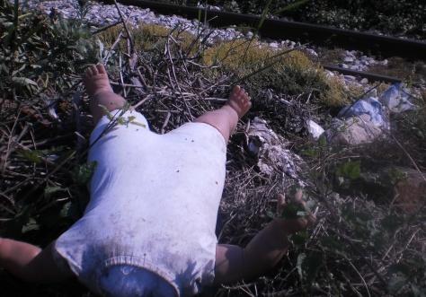 УВЕЋАЊЕ, поетика ових фотографија и прилога (28. јун 2014) Обезглављена лутка крај жел. пруге